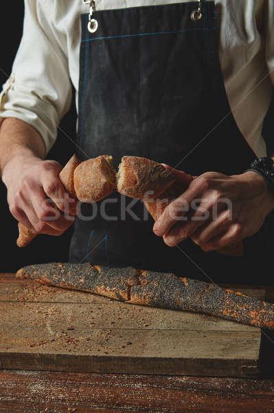 Mano baguette frescos pan cocina Foto stock © artjazz