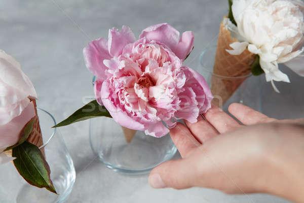 Női kezek tart gyönyörű rózsaszín üveg Stock fotó © artjazz