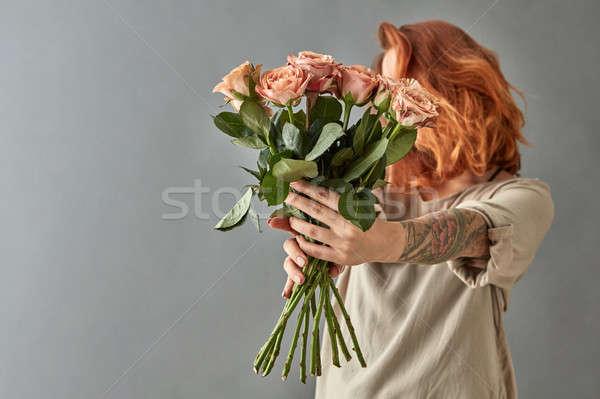 Meisje beige rozen boeket grijs Stockfoto © artjazz