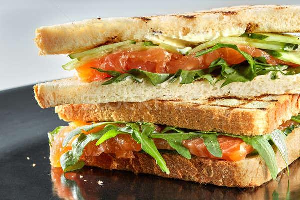 Wędzony łosoś kanapkę warzyw tablicy tle restauracji Zdjęcia stock © artjazz