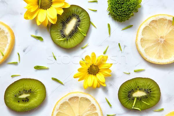 Virágok minta citromsárga zöld szeletek kiwi Stock fotó © artjazz