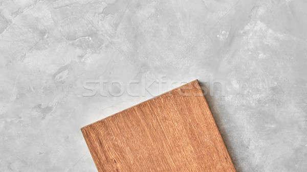 Madera tabla de cortar gris concretas superior vista Foto stock © artjazz