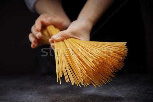 Mano spaghetti femminile mani buio cottura Foto d'archivio © artjazz