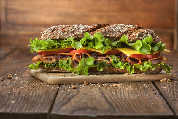 Sandwich table en bois tranches fraîches tomates jambon Photo stock © artjazz