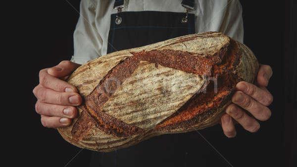 Manos mantener oval pan frescos orgánico Foto stock © artjazz