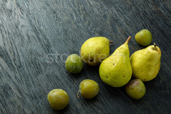 Taze yeşil armut siyah ahşap gıda Stok fotoğraf © artjazz