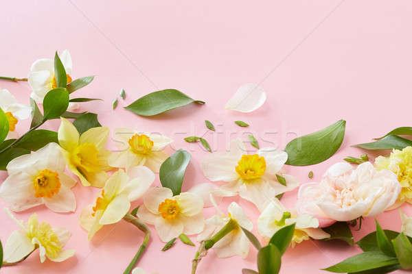 Beyaz çiçekler çerçeve yeşil yaprakları pembe bo duygular Stok fotoğraf © artjazz