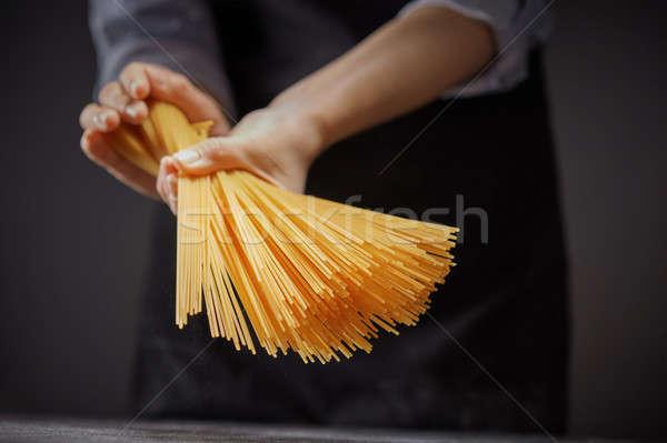 Handen ruw eigengemaakt Geel pasta Stockfoto © artjazz