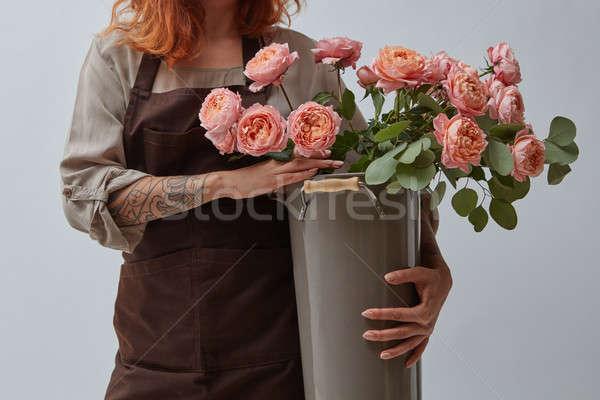 Ragazza vaso bouquet rose donna Foto d'archivio © artjazz