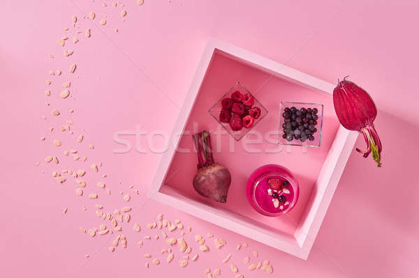 Taze ahududu ahşap çerçeve pembe kâğıt bo Stok fotoğraf © artjazz