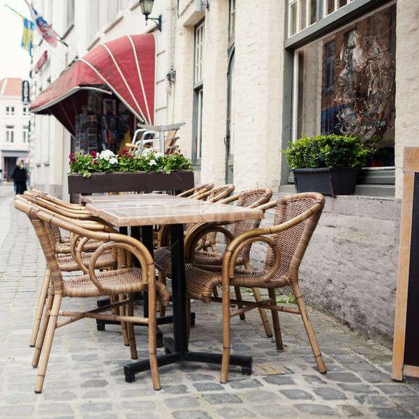 Masa scaune stradă cafenea exterior oraş Imagine de stoc © artjazz