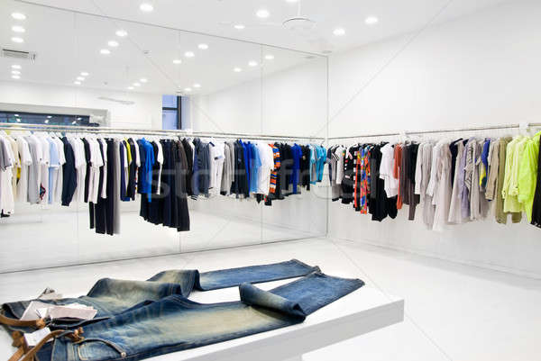 Modernes magasin intérieur design groupe jeans Photo stock © artjazz