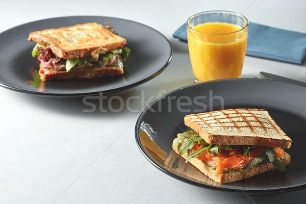 Hagyományos amerikai reggeli klub szendvics narancslé asztal Stock fotó © artjazz