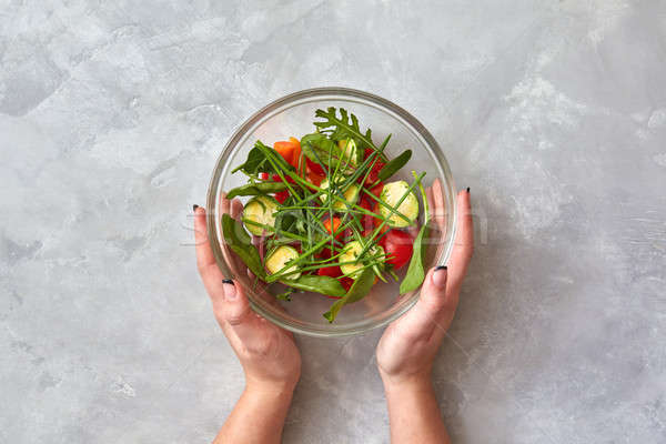 Foto stock: Feminino · mãos · manter · prato · salada · fresco