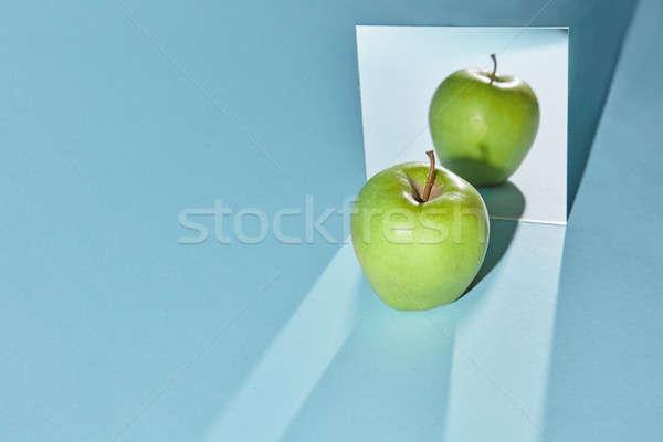 Jabłko zielone placu lustra niebieski refleksji Zdjęcia stock © artjazz