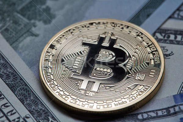 Primer plano moneda de oro bitcoin muchos dólar Foto stock © artjazz