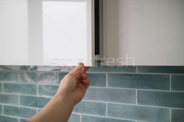 Mão moderno enforcamento cozinha porta Foto stock © artjazz