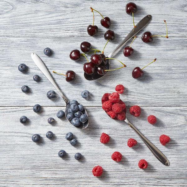 Myrtille cerise framboise gris bois Photo stock © artjazz
