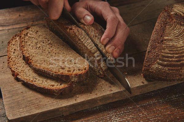Mannelijke chefs hand rogge brood Stockfoto © artjazz