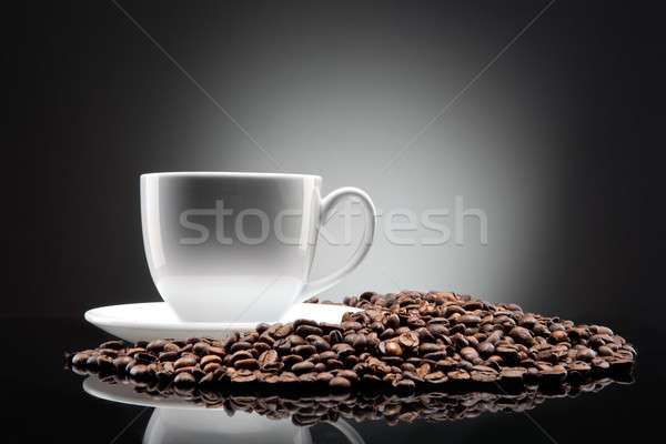 Blanche tasse grains de café blanc noir noir alimentaire Photo stock © artjazz