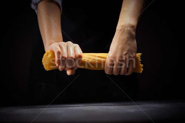 Chef espaguete mãos escuro feminino mão Foto stock © artjazz