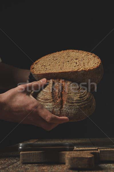 Férfi pék kéz a kézben friss rozs kenyér Stock fotó © artjazz