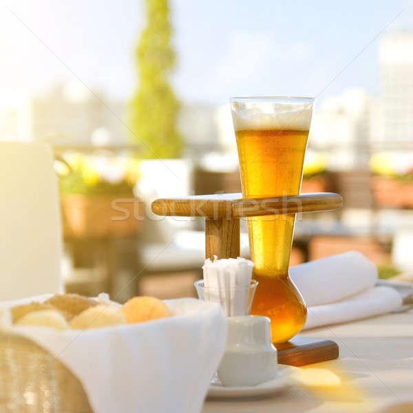 Foto stock: Cerveja · servido · tabela · ao · ar · livre · foto · luz