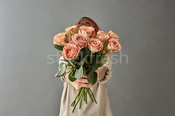 Femme bouquet beige roses cappuccino gris Photo stock © artjazz