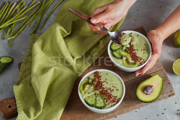 Smoothie verde tigela abacate fresco kiwi verde Foto stock © artjazz