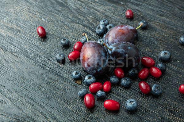 Vers pruimen donkere houten tafel bessen voedsel Stockfoto © artjazz
