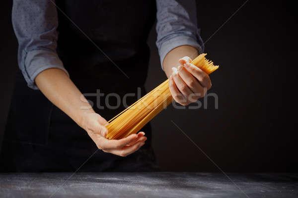 Mano greggio spaghetti buio ragazza Foto d'archivio © artjazz