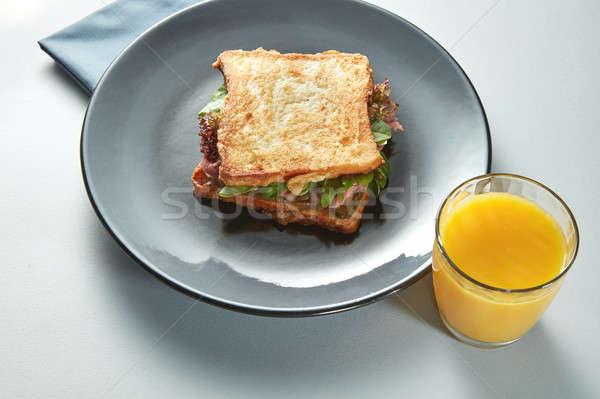 Foto stock: Prato · grelhado · sanduíche · suco · de · laranja · branco · tabela