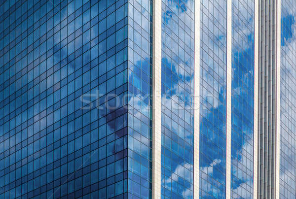 Modernes fumé verre immeuble de bureaux bleu nuageux Photo stock © artjazz