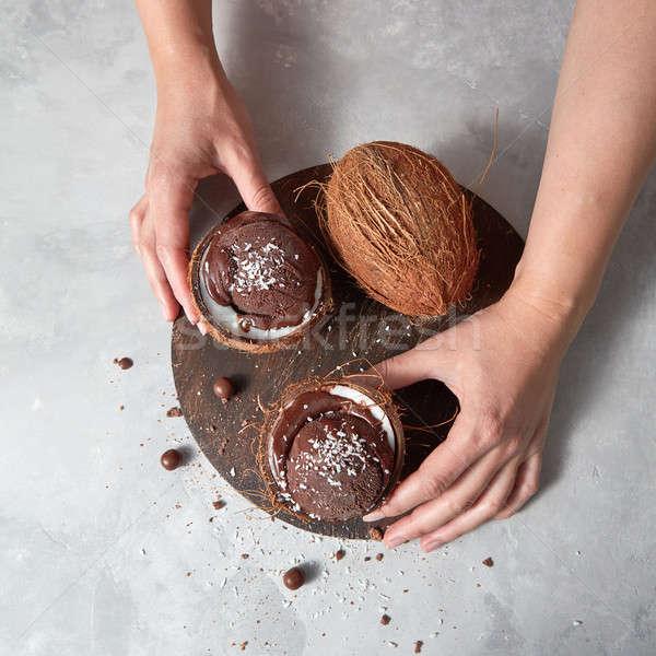 Nina mantener dos coco chocolate sorbete Foto stock © artjazz