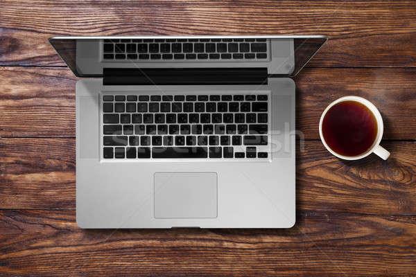 Open laptop beker thee bruin houten tafel Stockfoto © artjazz