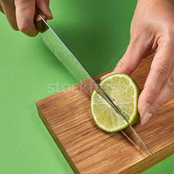 Kız kesmek yarım yeşil olgun kireç Stok fotoğraf © artjazz