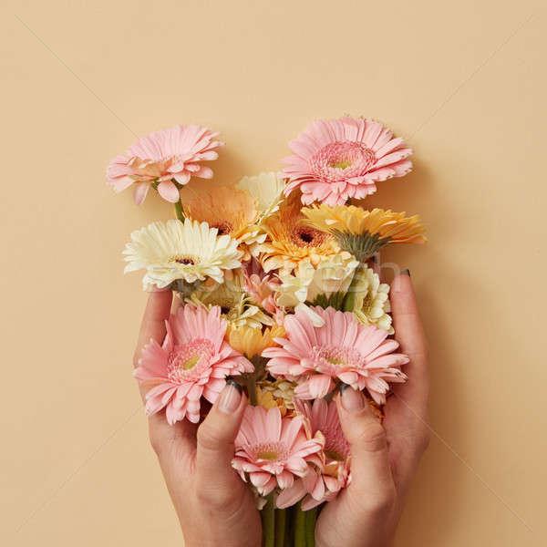 女の子 手 ホールド 美しい 花束 黄色 ストックフォト © artjazz