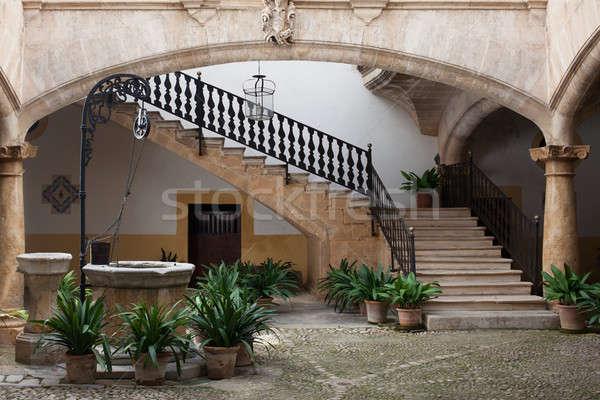 Stock fotó: Kényelmes · európai · belső · udvar · kút · lépcsősor · öreg