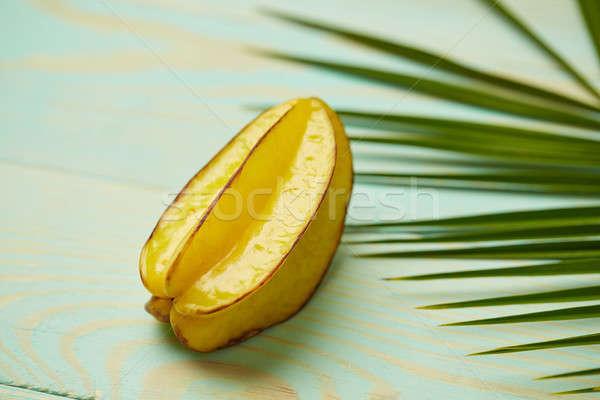 Trópusi zöld pálmalevelek érett csillag gyümölcs Stock fotó © artjazz