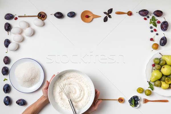 Ingredientes pastel de frutas mujer tazón harina Foto stock © artjazz