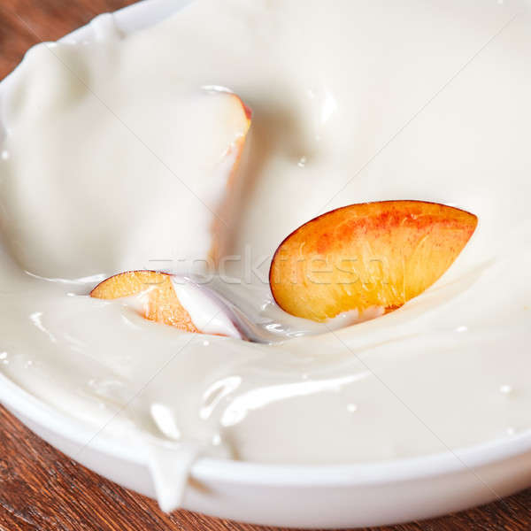 Peças maduro fresco pêssego cerâmico tigela Foto stock © artjazz