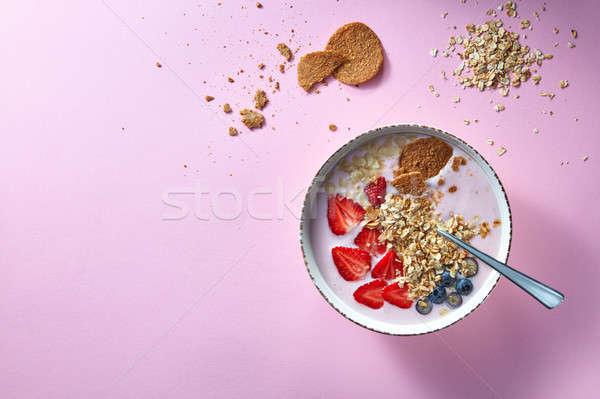 Beyaz çanak organik yoğurt iki yüzlü çilek Stok fotoğraf © artjazz