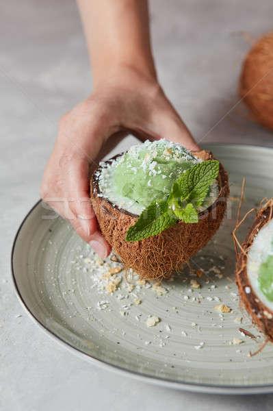 Primer plano vista mitad coco verde menta Foto stock © artjazz