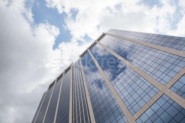 Nuages fenêtres modernes immeuble de bureaux bleu nuageux Photo stock © artjazz