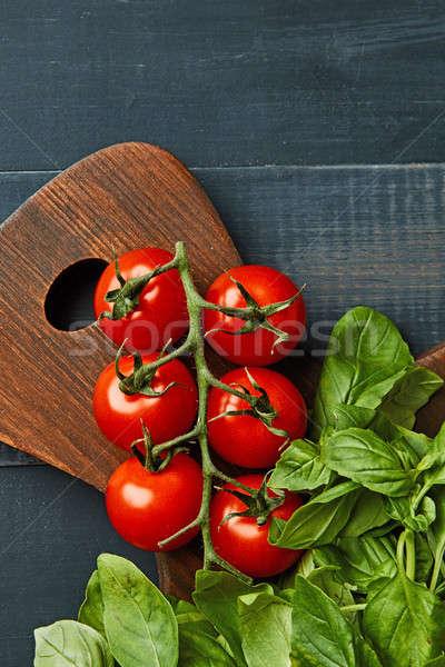 Friss organikus bazsalikom koktélparadicsom fa deszka hozzávalók Stock fotó © artjazz