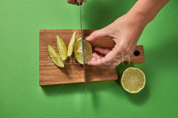 Ragazze mani taglio verde naturale calce Foto d'archivio © artjazz