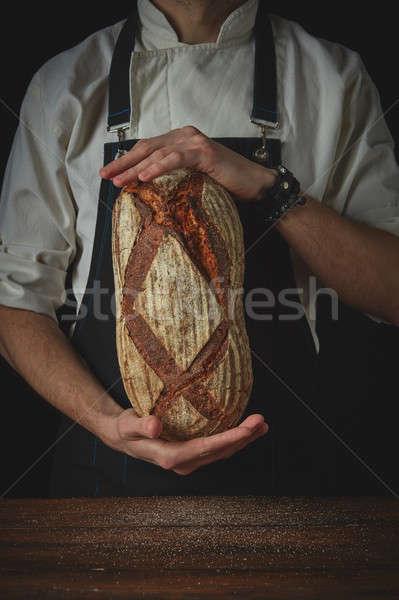 Hombre manos oval frescos pan Foto stock © artjazz