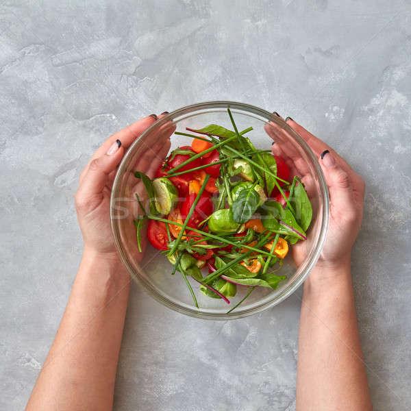 Foto stock: Feminino · mãos · manter · prato · salada · legumes