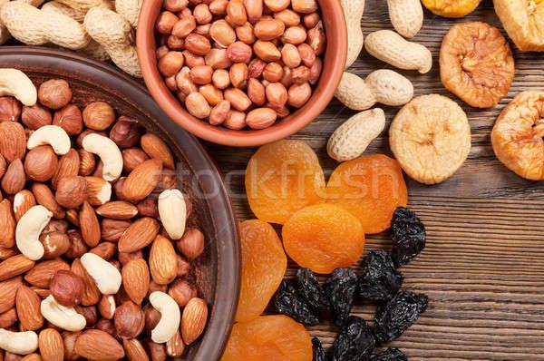 Különböző diók gyümölcsök tányérok aszalt fából készült Stock fotó © Artspace