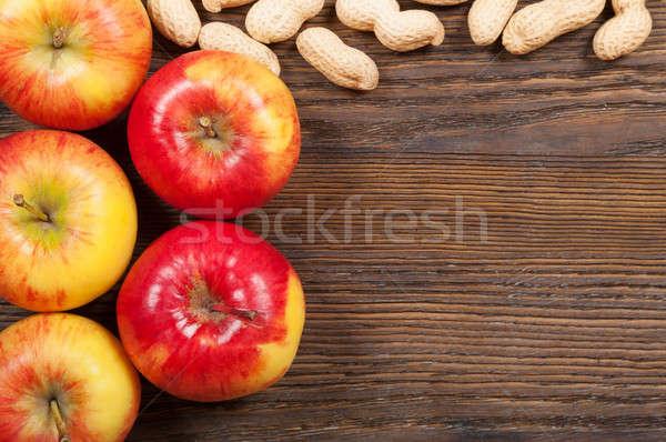 Rouge pommes cacahuètes bois haut Photo stock © Artspace